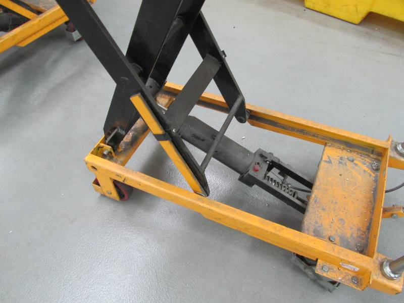 Mobile Hydraulic Lifts : Mobile hydraulic scissor lift table